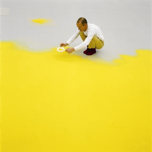 Wolfgang Laib sifting pollen, 1992.