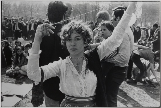 Garry Winogrand, Woman with String, 1975.