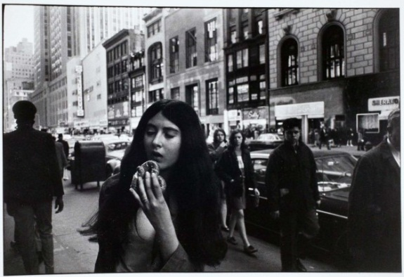 Garry Winogrand, Woman Eating a Pretzel, 1981.