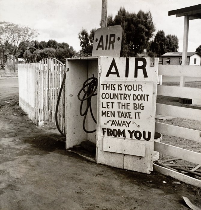 Dorothea Lange, Gas Station, Kern County, 1938.
