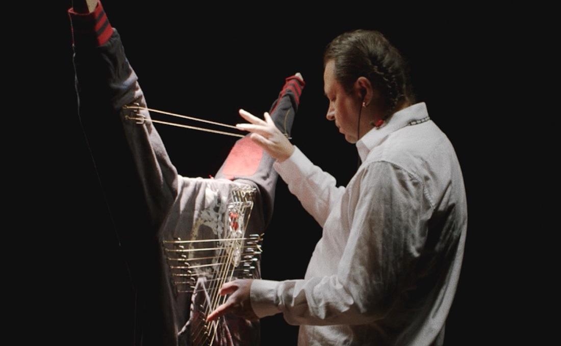 Guillermo Galindo playing Efigie, 2014.